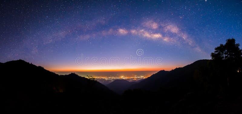 Panoramische Melkachtige manier in Doi Ang Khang, Chiang Mai royalty-vrije stock afbeeldingen