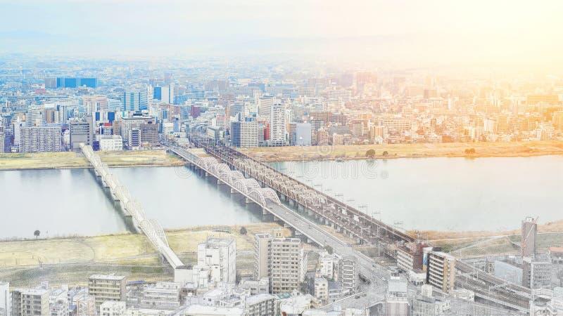 Panoramische moderne cityscape die luchtmening illustratie van de de mengelings de hand getrokken schets in van Osaka, Japan bouw vector illustratie