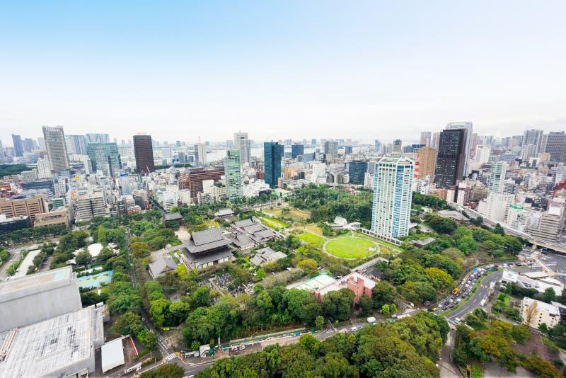 Panoramische moderne Stadtskyline-Vogelaugenvogelperspektive mit zojo-ji Tempelschrein von Tokyo-Turm unter drastischem Sonnenauf lizenzfreie stockfotos