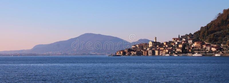 Panoramische Monteisola, die van Verkoop Marasino wordt gezien stock fotografie