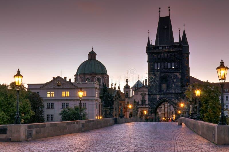 Panoramische Morgenansicht entlang Charles Bridge in Richtung zur alten Stadt - Prag, Tscheche lizenzfreie stockfotografie