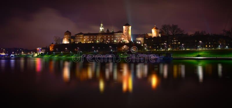 Panoramische Nachtansicht von Wawel-Schloss in Krakau polen stockfotos