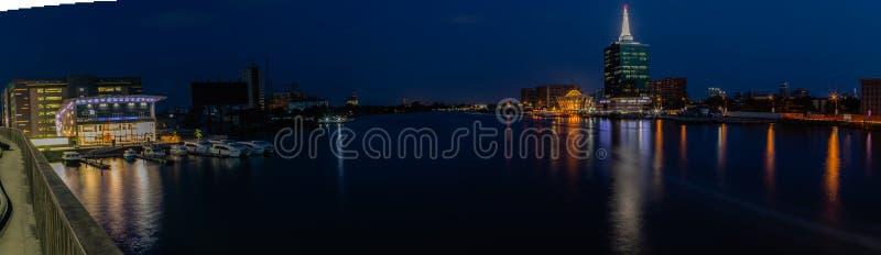 Panoramische Nachtscène van Vijf Porceleinslakkenkreek en de Civic Center-Torens Victoria Island, Lagos Nigeria royalty-vrije stock foto's