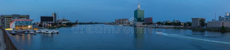 Panoramische Nachtszene des fünf Kaurischnecke-Nebenflusses Lagos Nigeria lizenzfreie stockfotografie