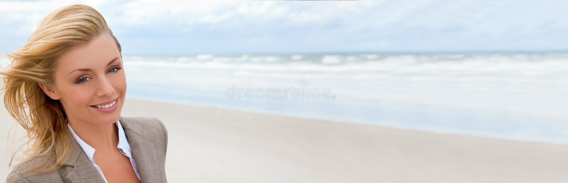 Panoramische Netz-Fahnen-schöne blonde Frau am Strand stockfoto