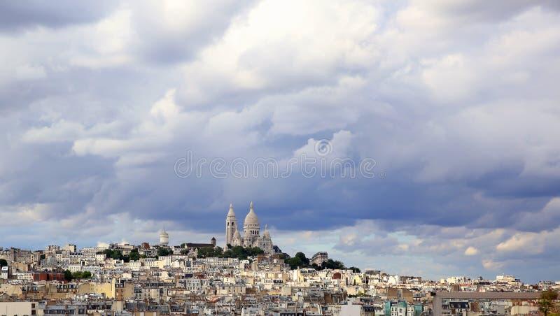 Panoramische regenachtige hemel over Montmartre, in Parijs royalty-vrije stock afbeeldingen