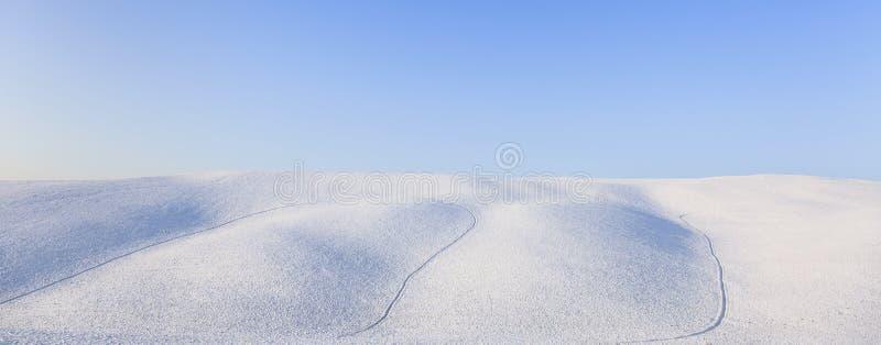 Panoramische Schneerolling hills Landschaft im Winter. Toskana, Italien lizenzfreie stockfotos