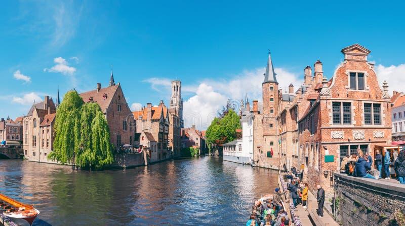 Panoramische stadsmening met Klokketorentoren en beroemd kanaal in Brugge, België royalty-vrije stock foto's
