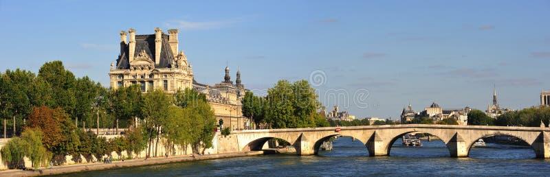 Panoramische Stadtansicht mit Seine-Damm stockbild