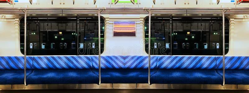 Panoramische Szene des Nachtzugs mit blauem Sitz stockfotografie