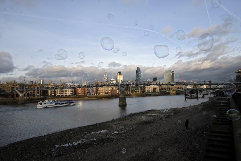 Panoramische Szene mit dem Wolkenkratzer- und Blasenfliegen stockfoto