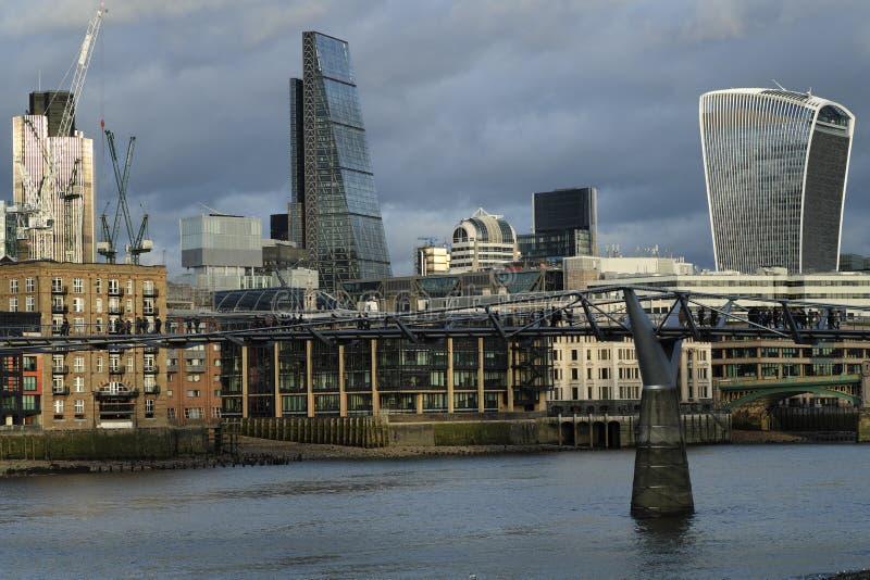Panoramische Szene mit den alten und neuen Wolkenkratzern lizenzfreie stockfotografie