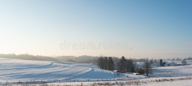 Panoramische van het land landbouwgrond als achtergrond in Appalachia in sneeuw royalty-vrije stock afbeelding