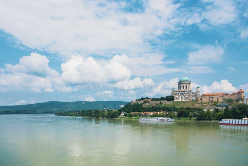 Panoramische Vogelperspektive über der Donau zu Esztergom-Cathedra lizenzfreie stockfotos