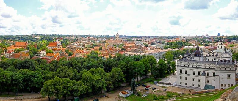 Panoramische Vogelperspektive alter Stadt Vilnius, Litauen stockbilder
