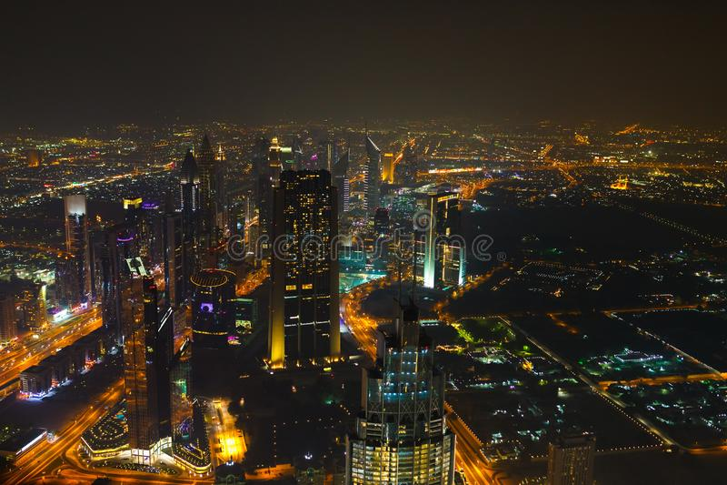Panoramische Vogelperspektive auf Stadtzentrum von Dubai mit modernen hohen Wolkenkratzern nachts Architektur von Zukunft mit hel lizenzfreies stockbild