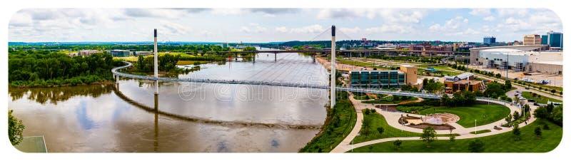 Panoramische Vogelperspektive des Missouris und der gesamten Kerrey-Brücke Omaha Nebraska stockfotos