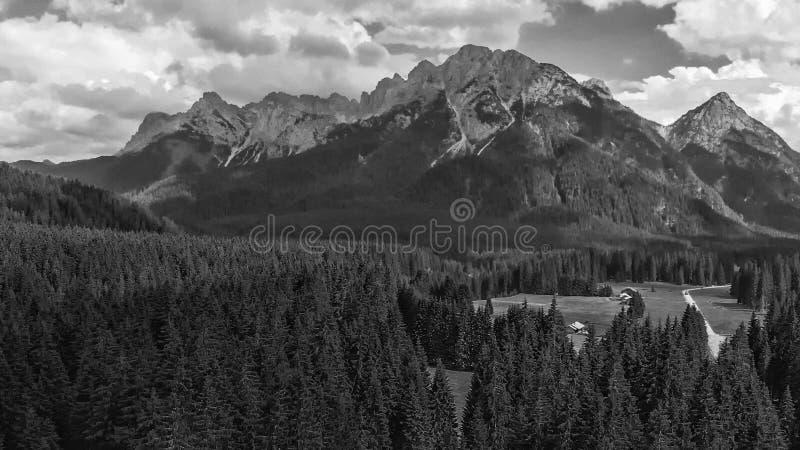 Panoramische Vogelperspektive des schönen alpin Gebirgsszenarios lizenzfreie stockfotografie