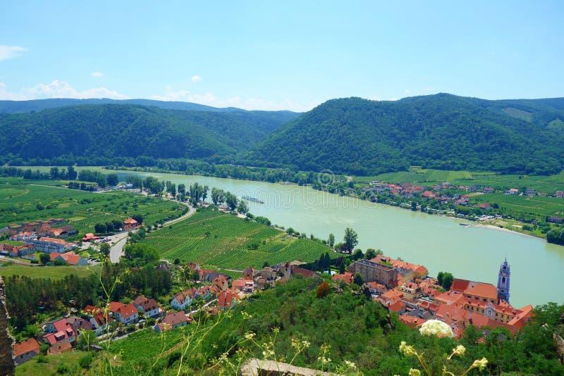 Panoramische Vogelperspektive schönen Wachau-Tales mit der historischen Stadt von Region Durnstein und der berühmten Donaus, Nied stockfoto