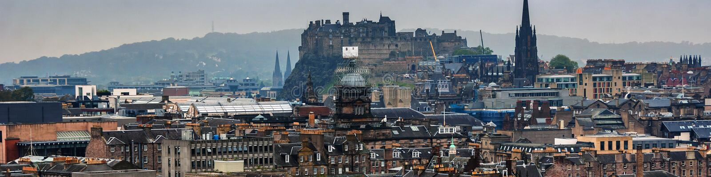 Panoramische Vogelperspektive von Edinburgh, Schottland im schwermütigen Wetter lizenzfreie stockfotos