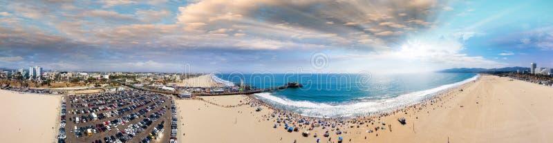 Panoramische Vogelperspektive von Santa Monica Pier, Parken und von Cityscap stockfotos