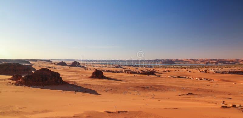 Panoramische Vogelperspektive zu Djiara, zu Ahoita, zu Daleyala und zur Boukkou Seegruppe Ounianga Serir Seen beim Ennedi, Tschad stockfotos
