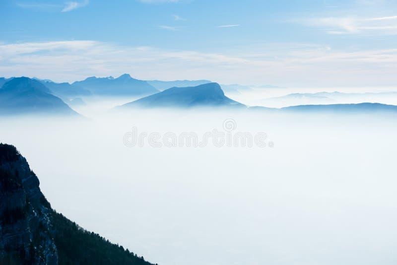Panoramische Vogelperspektivelandschaft des schönen französischen Alpenwinters mit einem fantastischen bewölkten Hintergrund des  lizenzfreie stockfotos