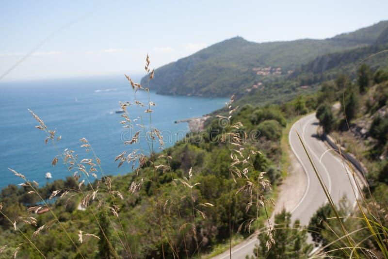 Panoramische weg langs de mediterrane kust royalty-vrije stock afbeeldingen