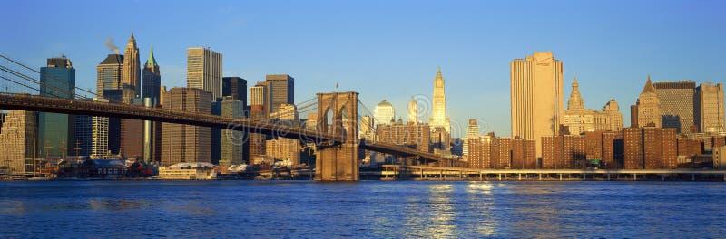 Panoramische zonsondergangmening van Manhattan naar Queens over de Rivier van het Oosten, de Stad van New York, NY royalty-vrije stock afbeeldingen