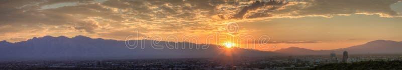 Panoramische zonsopgang over de Bergen Arizona van Tucson stock foto's