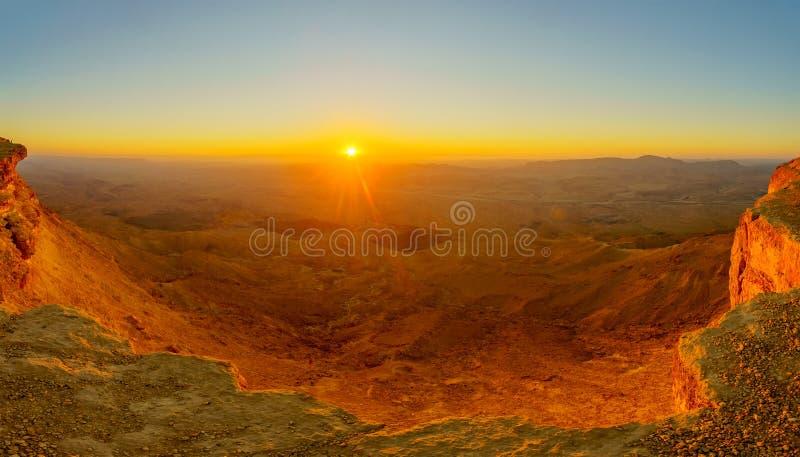 Panoramische zonsopgangmening van Makhtesh-krater Ramon stock foto