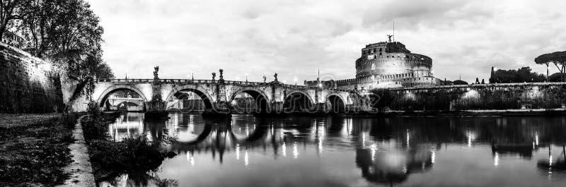 Panoramische zwart-witte nachtmening van Kasteel Heilige Angelo in Rome, Italië stock fotografie