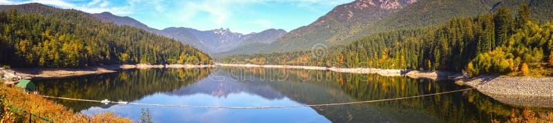 Panoramischer Capilano See-Nordufer-Gebirgswasserscheide Vancouver BC Kanada lizenzfreie stockfotografie