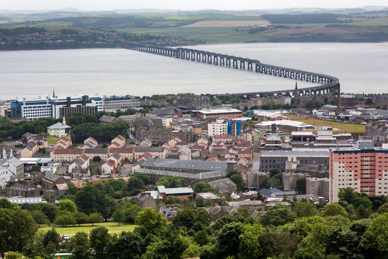 Panoramischer Schuss Tay Rail Bridges von nebeligem Dundee lizenzfreie stockfotos