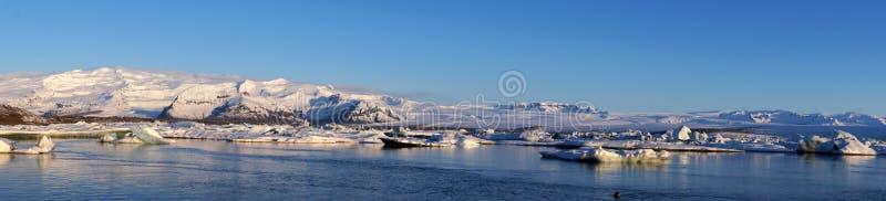 Panoramisches Bild von Jokulsarlon-Gletschersee lizenzfreies stockfoto