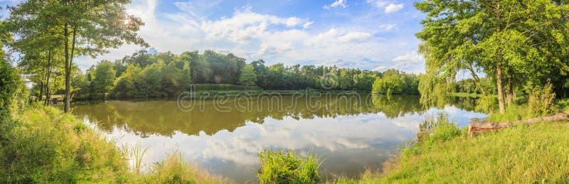 Panoramisches Bild von ruhigem See im Erholungsgebiet stockbilder