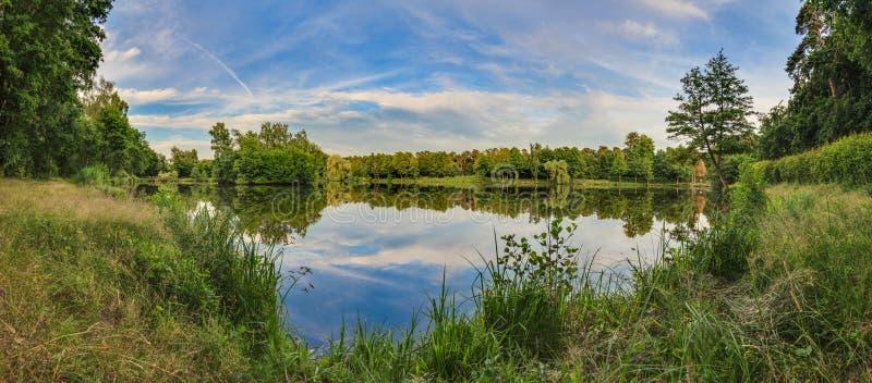 Panoramisches Bild von ruhigem See im Erholungsgebiet lizenzfreies stockfoto
