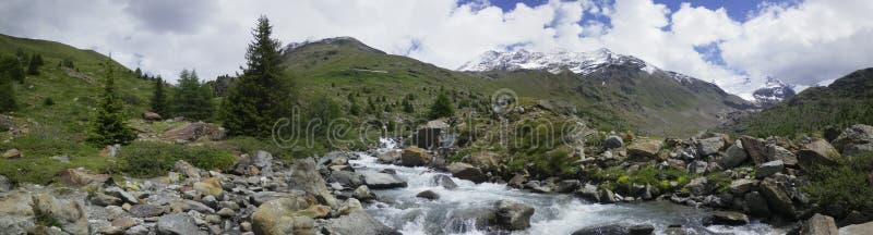 Panoramisches Foto von Berglandschaft in Veltlin, Violafluß lizenzfreies stockbild