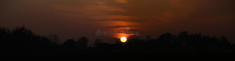 Panoramisches hochauflösendes Bild des Sonnenuntergangs nahe Greifswald, Deutschland lizenzfreies stockbild