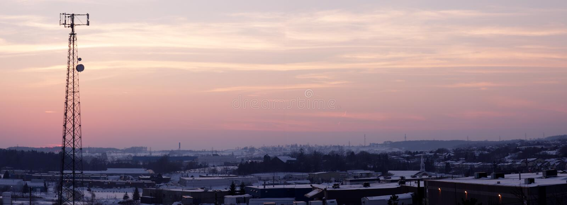 Panoramisches Pinkish Zellen-Kontrollturm-Schattenbild stockfotografie