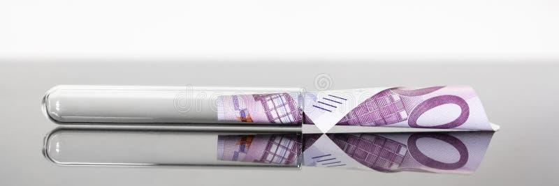 Panoramisches Reagenzglas des Konzeptbildes mit Eurobanknote 500 in ihr stockbild