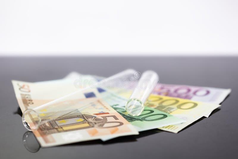 Panoramisches Reagenzglas des Konzeptbildes mit Eurobanknoten lizenzfreies stockfoto