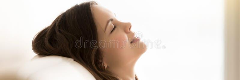 Panoramisches Seitenansichtfrauengesicht schloss die Augen, die auf Couch stillstehen stockbilder