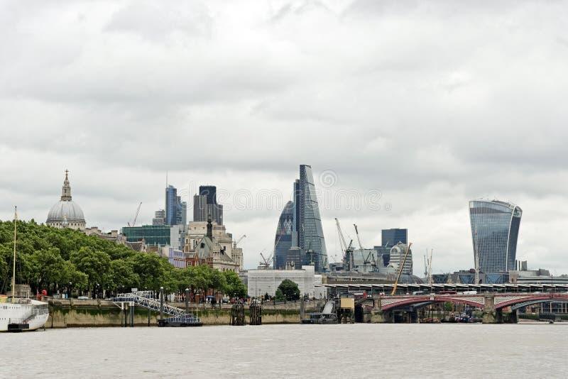 Panoramisk syn över floden Thames nära Blackfriars bro i London royaltyfria foton