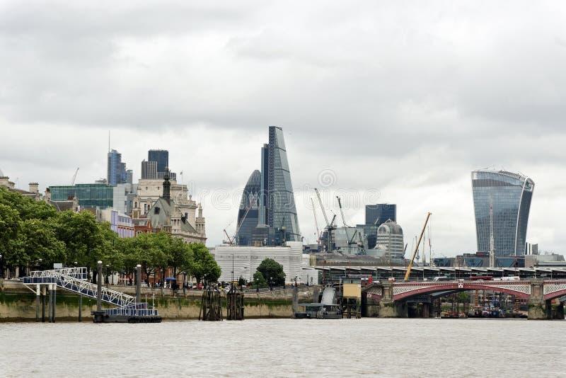 Panoramisk syn över floden Thames nära Blackfriars bro i London arkivbilder