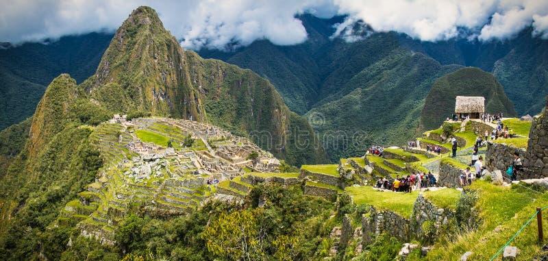 Panoramisk syn på den antika staden Machu Picchu i Peru arkivbild