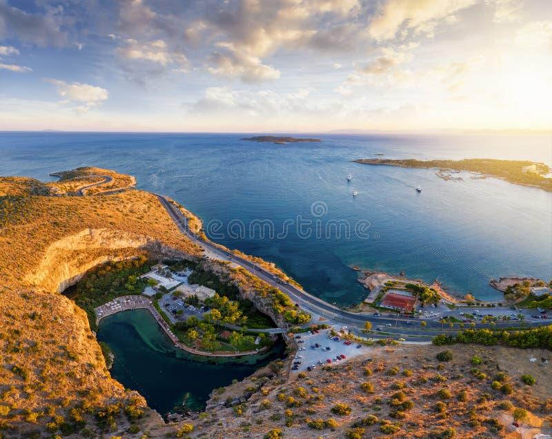 Panoramisk syn på sjön Vouliagmeni, Atens Riviera-kust, Grekland royaltyfria foton