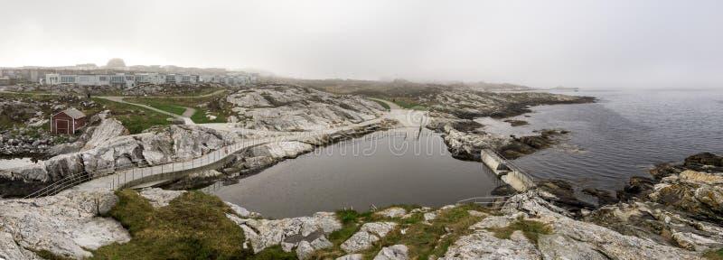 Panoramisk syn på Sjobadet Myklebust allmänna simbassäng, tidigt på den riskfyllda morgonen, Tananger royaltyfria bilder