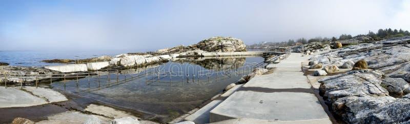Panoramisk syn på Sjobadet Myklebust simbassäng vid Jasund Peninsula i Tananger royaltyfria foton