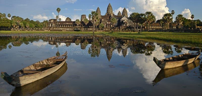 Panoramor av den Angkor Wat reflexionen i lotusblommadammet med två fartyg på afton, Siem Reap, Cambodja royaltyfri foto